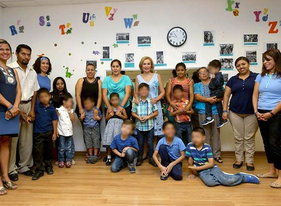 Convive Leticia Coello de Velasco con niñas y niños de la Clínica de Autismo del DIF Chiapas