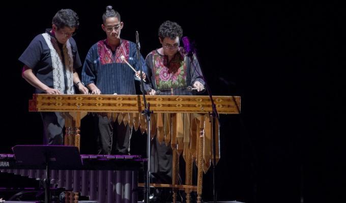 Marimba tradicional y banda sinaloense alegran al público del Teatro de la Ciudad