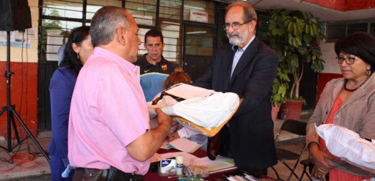 Entrega de uniformes para proteger de la lluvia a trabajadores de Azcapotzalco
