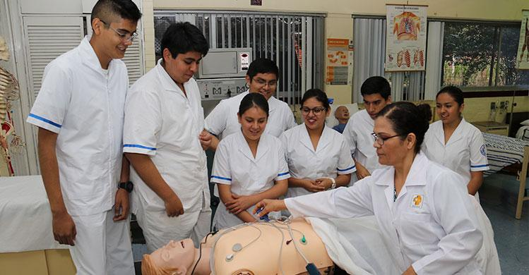 Estudiantes de enfermería del IPN complementan preparación con maniquís