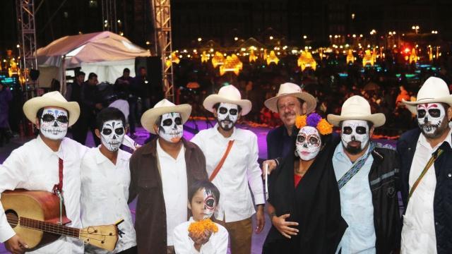 Ofrenda de Día de Muertos de la Ciudad de México concluye al ritmo del son jarocho