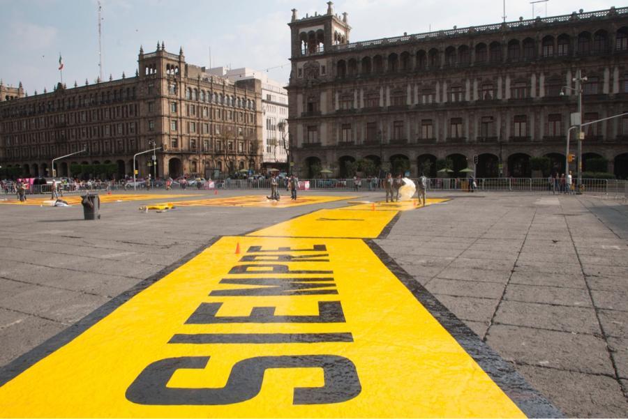 Invaden el Zócalo, frases del artista Lawrence Weiner, quien presentará su obra en la CDMX