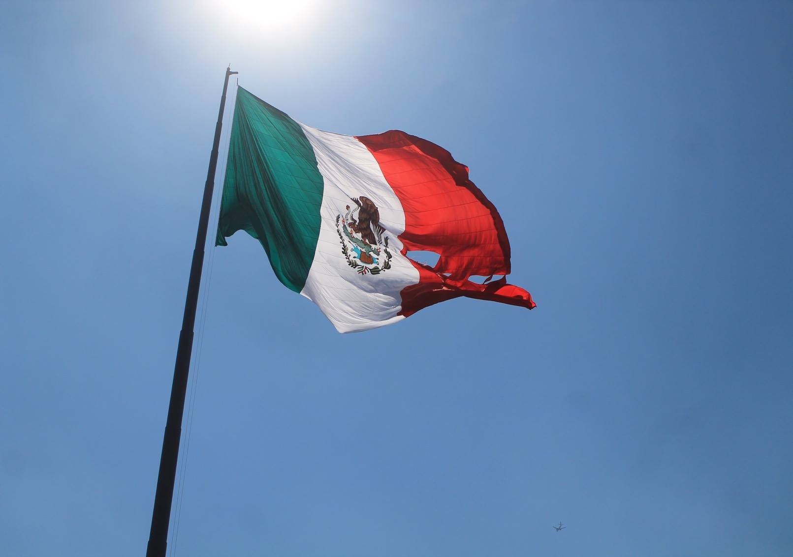 Se rasga la bandera del Campo Marte frente a Peña Nieto