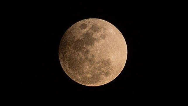 Observa la luna rosada desde el Museo de Historia Natural de CDMX
