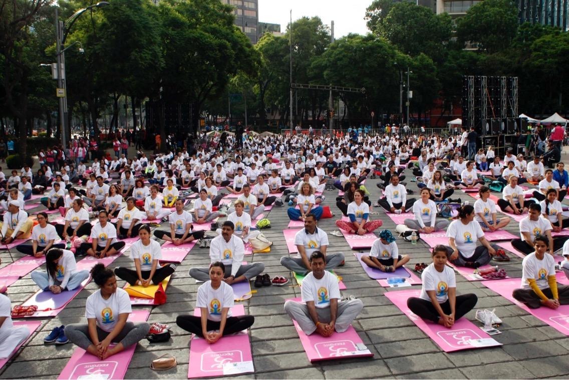 Se viste de Yoga el Paseo de la Reforma con mega clase