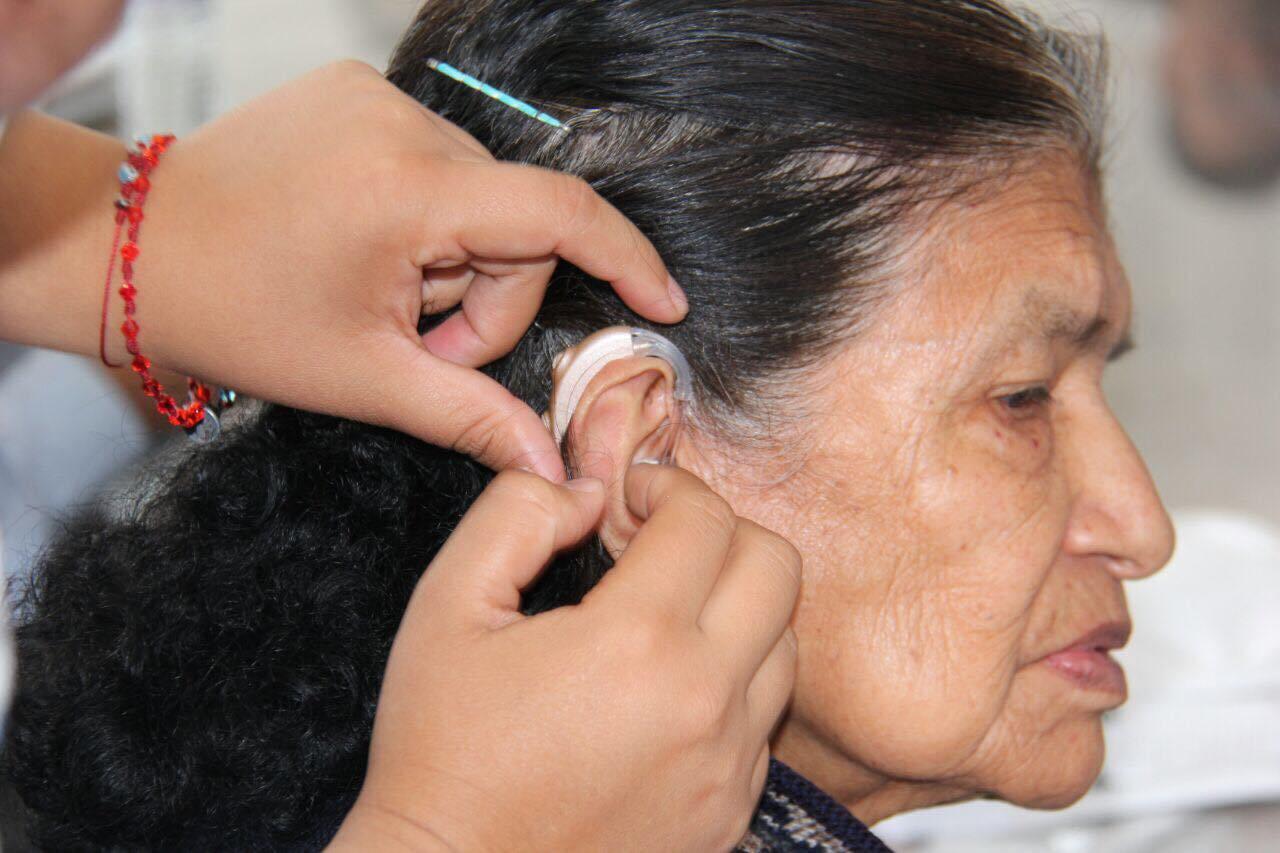 La delegación Cuajimalpa entrega de aparatos auditivos