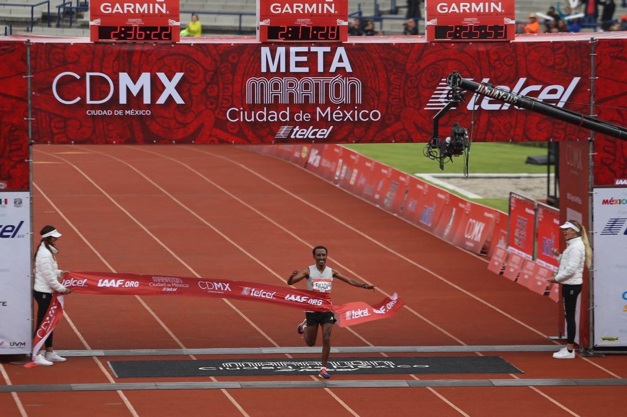 Fikadu Kebede y Gladys Tejada ganan Maratón de la Ciudad de México