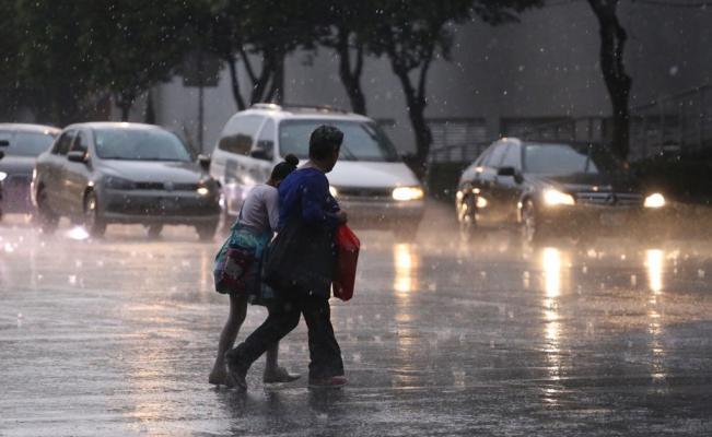 Continuarán lluvias en gran parte de la CDMX durante la madrugada; activan alerta roja en cinco delegaciones