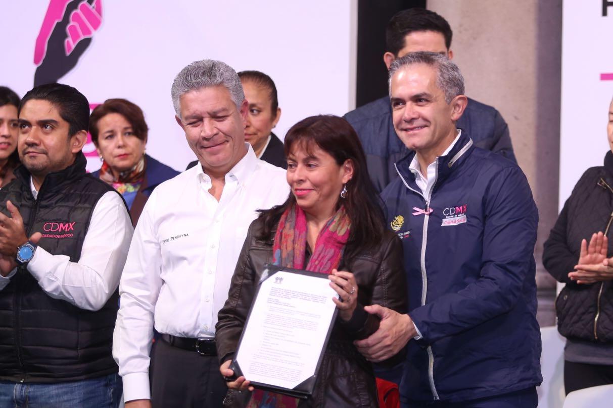 Entregan Gobierno de CDMX e INFONAVIT primeros créditos a derechohabientes afectados por sismo