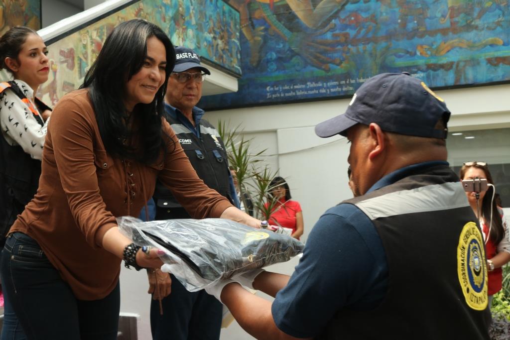 ENTREGA DIONE ANGUIANO UNIFORMES A ELEMENTOS DE LA POLICÍA DE PROXIMIDAD