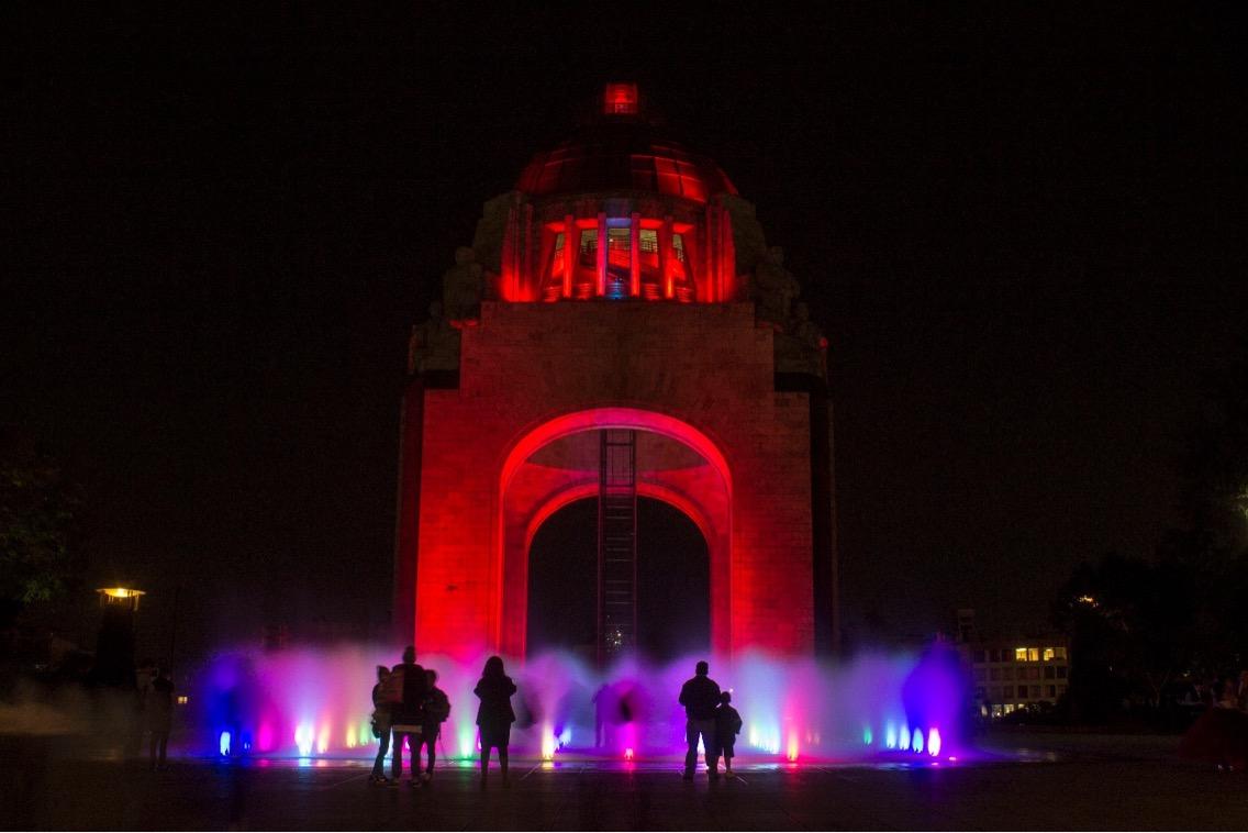 Iluminan CDMX de color rojo por Día Mundial de la Lucha contra el SIDA