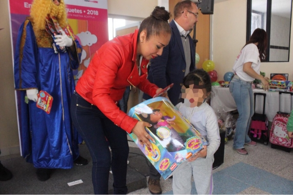 Niños y niñas reciben juguetes de parte de los Reyes Magos en el Centro Femenil de Santa Martha