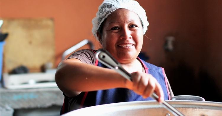 Más de 64,000 mujeres y hombres participan como voluntarios en el Programa de Comedores Comunitarios
