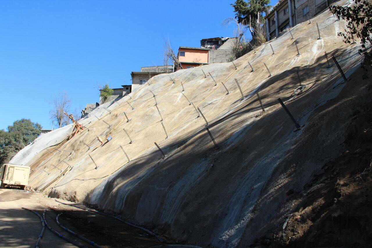 Avances de trabajos en talud en la Carretera San Mateo-Santa Rosa, en Cuajimalpa