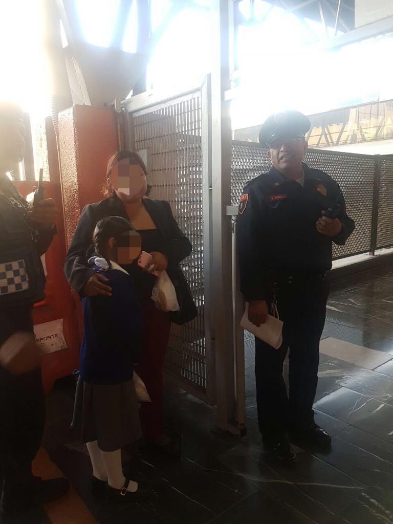 AUXILIAN POLICÍAS DE LA SSP-CDMX A UNA NIÑA EXTRAVIADA EN LA ESTACIÓN SAN ANTONIO ABAD DEL METRO