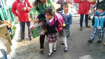 Entrega de útiles escolares y mochilas en la escuela Primaria Santos Degollado