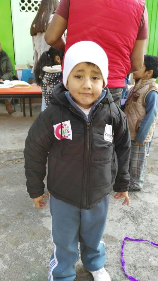 Entrega de chamarras a niños y niñas del Jardín de Niños 10 de Abril.