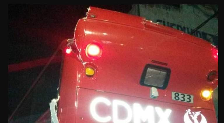Choca Metrobus de dos pisos en la estación La Villa