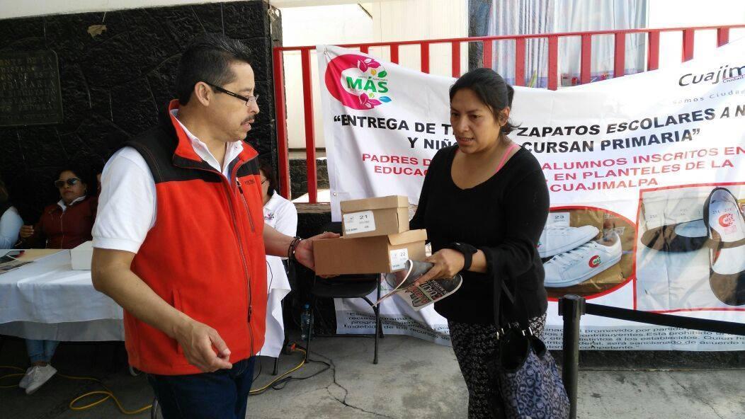 Entregan la delegación Cuajimalpa zapatos y tenis