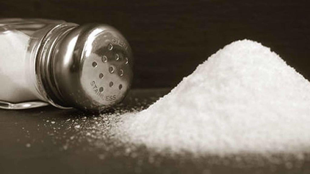 El consumo excesivo de sal aumenta el riesgo de padecer hipertensión.