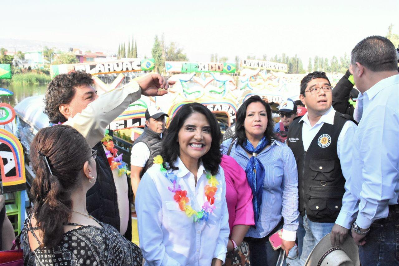 Alejandra Barrales vista la delegación Tláhuac