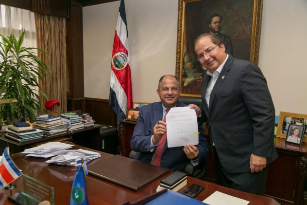 Presidente Luis Guillermo Solís firma decreto para crear Comisión de Manejo Integrado de Acuíferos en Sardinal