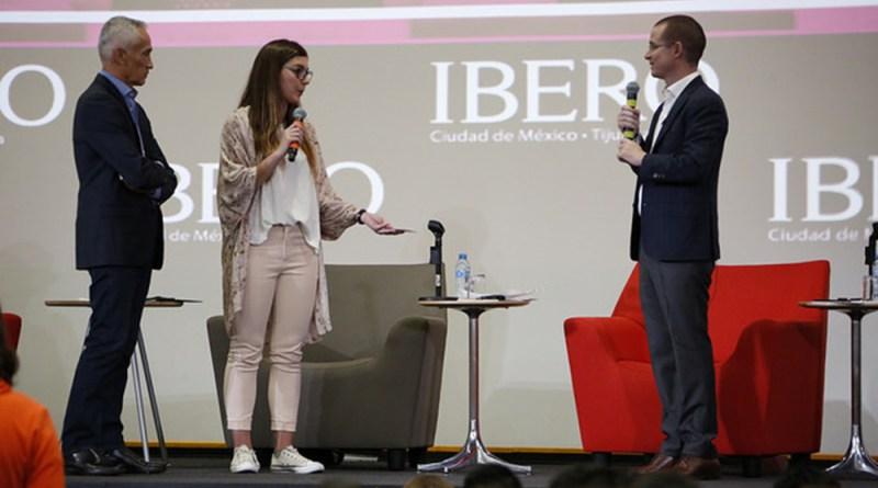 Entre aplausos y gritos de presidente, presidente, reciben a Anaya en la Ibero