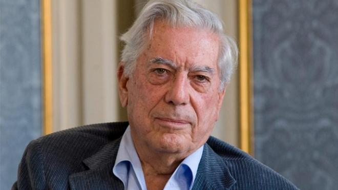 Por caída hospitalizan a Vargas Llosa