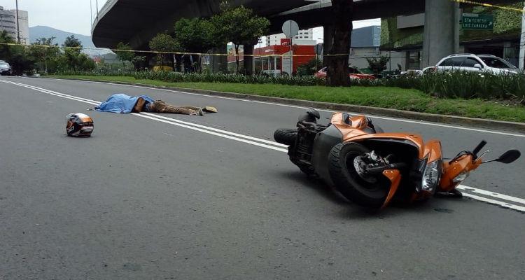 Muere motociclista por coladera abierta