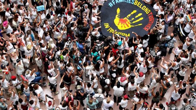 Por protestar contra la separación de familias, arrestan en EU a 600 mujeres
