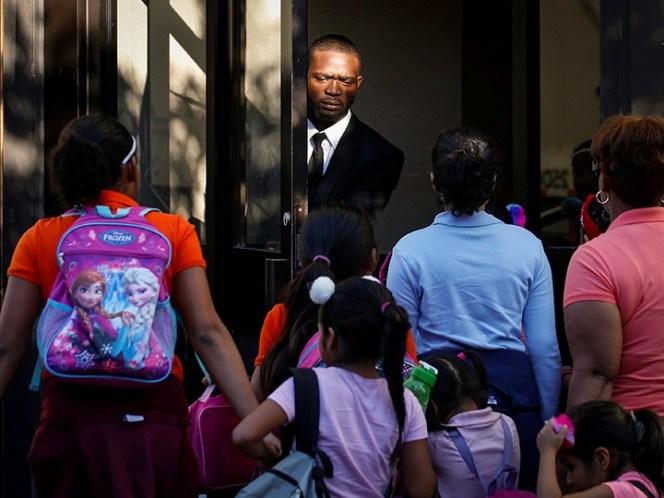 Gobierno de EU reúne a 34 de 102 niños migrantes con sus padres