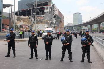 APOYAN POLICÍAS DE LA SSP-CDMX ANTE DERRUMBE DE PLAZA COMERCIAL AL SUR DE LA CIUDAD