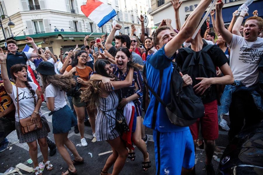 Detienen a más de 300 personas en París por festejos
