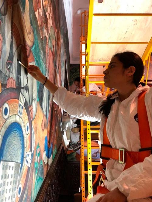 En Washington, expertos del INAH restauran murales del artista mexicano Roberto Cueva del Río