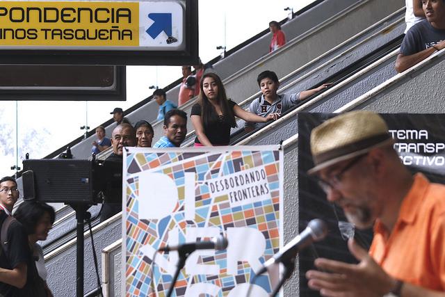 Desborda Di/Verso sus fronteras con intervención poética en el Metro