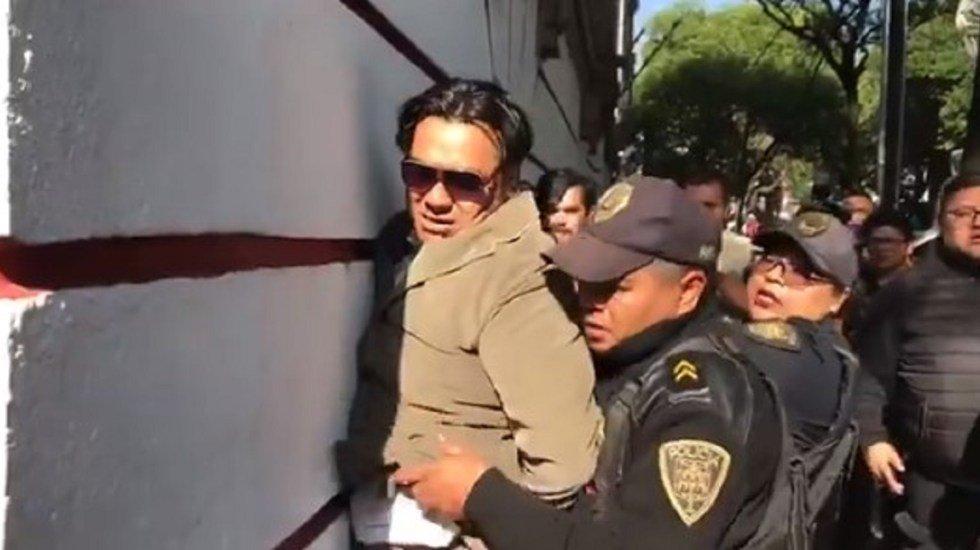Policías detienen a presunto ladrón en la esquina de la casa de transición de AMLO