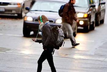 Uso del celular, gran riesgo para la seguridad del peatón