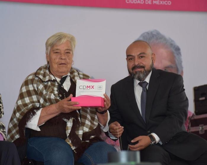 Entrega GCDMX 3 mil tarjetas de pensión alimentaria