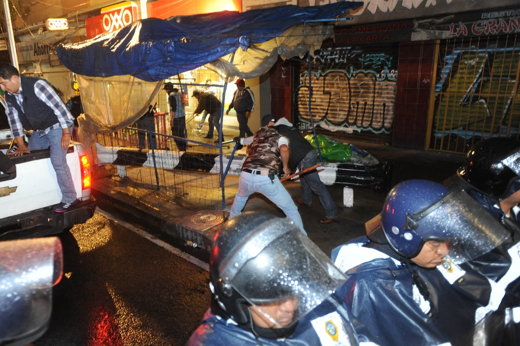 Retiran a ambulantes cerca del metro Portales