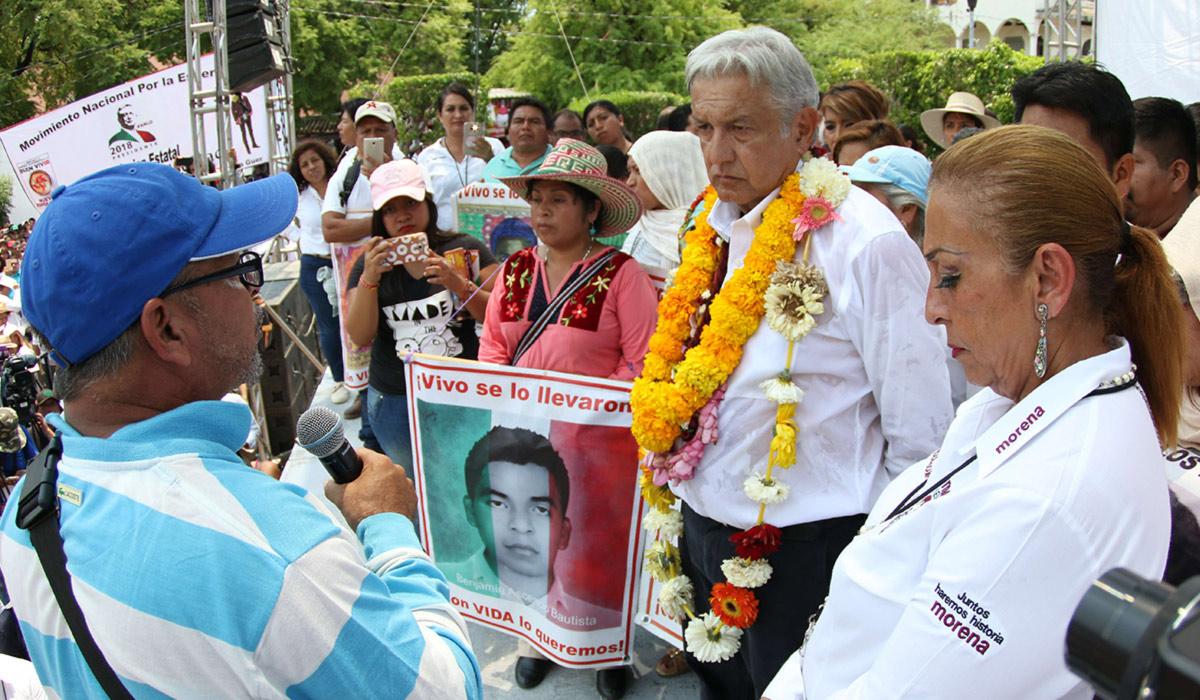 AMLO asume compromisos con padres de los 43 desaparecidos de Ayotzinapa