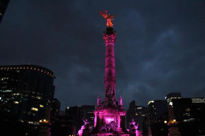 Iluminan CDMX de color rosa contra el cáncer de mama