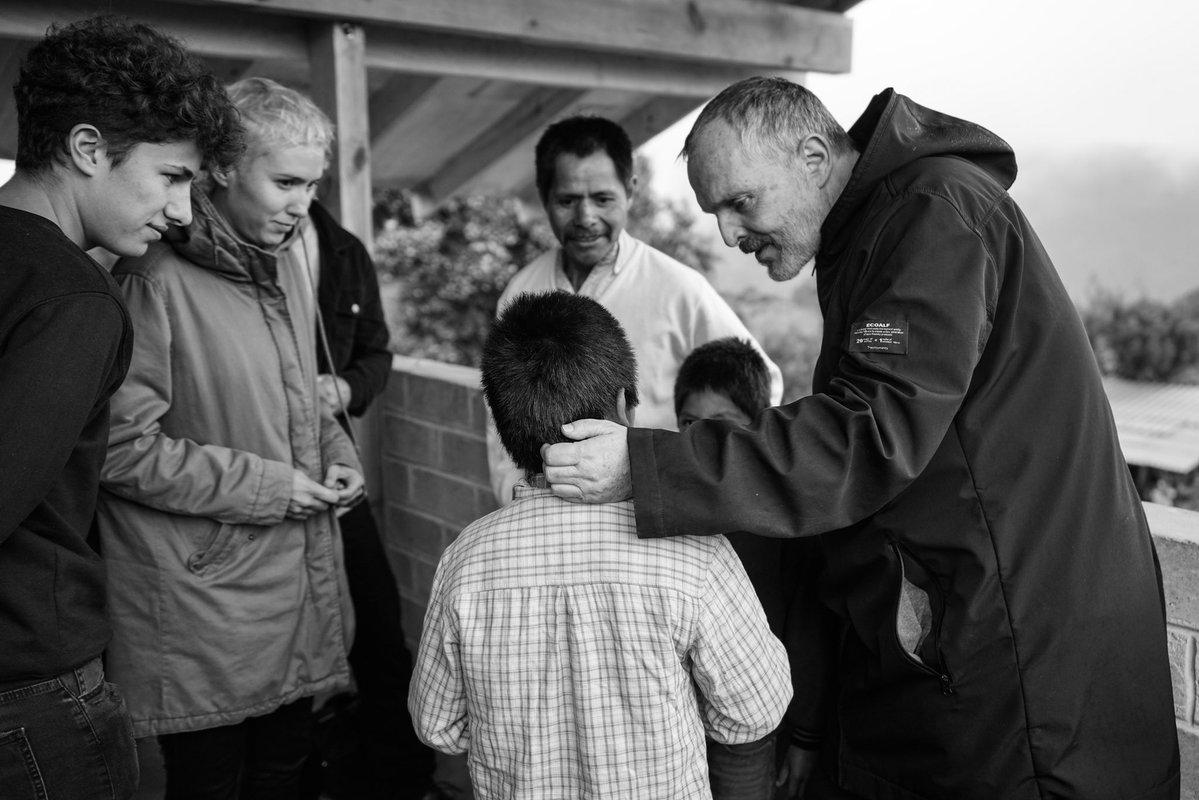 Miguel Bosé y Juanpa Zurita entregan viviendas a damnificados del 19S