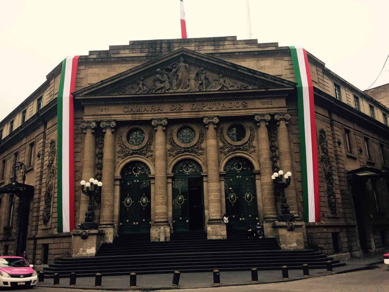 Morena presenta iniciativa de ley de austeridad en Congreso local