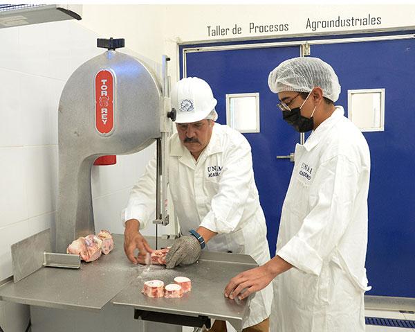 Capacitan a estudiantes en conservación y procesamiento de productos cárnicos de alta calidad