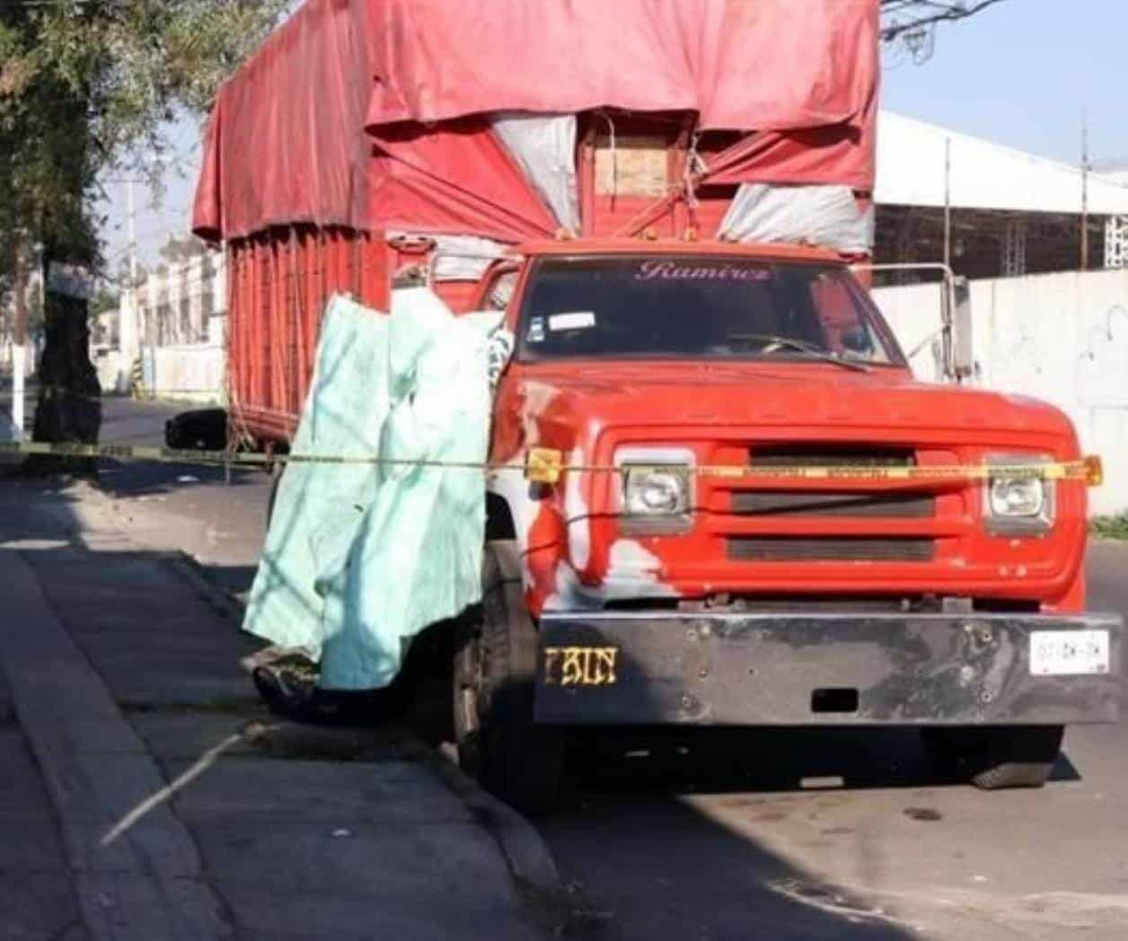 En Azcapotzalco, hallan cuerpo de hombre colgado del retrovisor de un camión