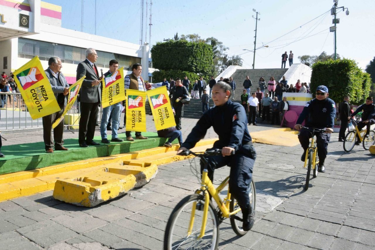 En bicis, patrullan para evitar conflictos por desabasto de gas en Neza