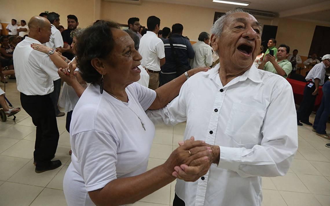 Anuncia AMLO inicio del programa para adultos mayores