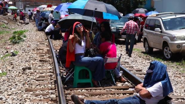 Acusa AMLO a gobernador de Michoacán de no atender bloqueo en vías férreas por andar en Europa