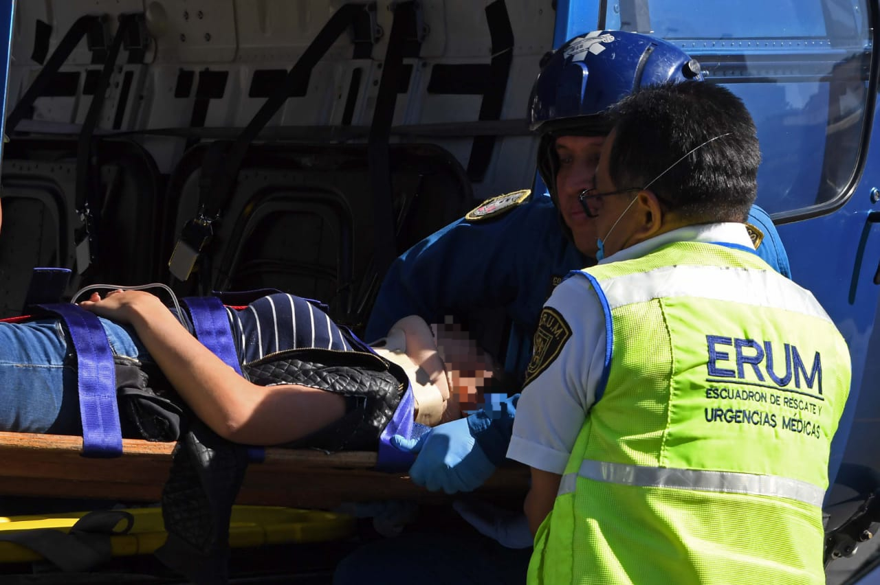 Ambulancia Aérea de SSC traslada a una conductora y dos Policías lesionados tras chocar en persecución