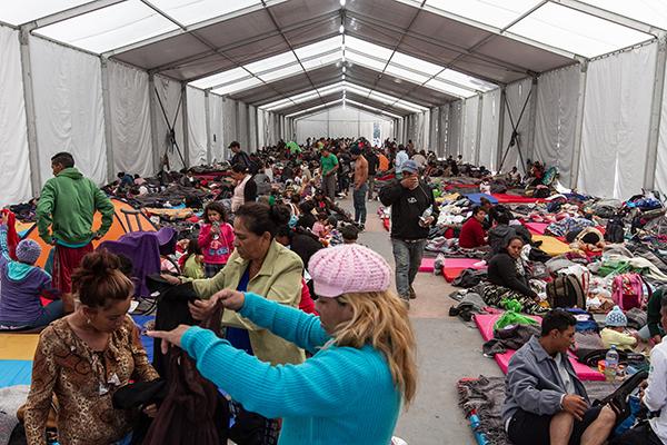 Continúan 500 migrantes en Deportivo Mixhuca